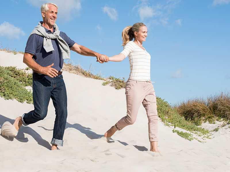 ein Mann und eine Frau am Strand